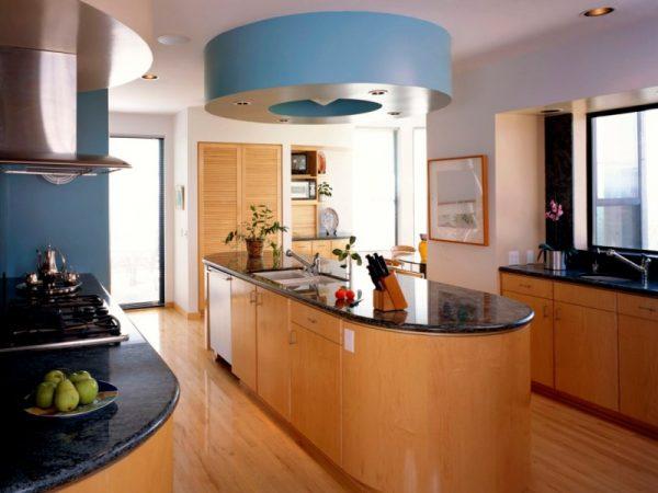 Проходная кухня в доме