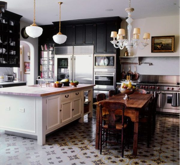 кухня в частном доме с островной зоной