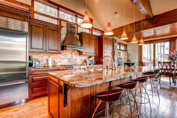 островная кухня в частном доме