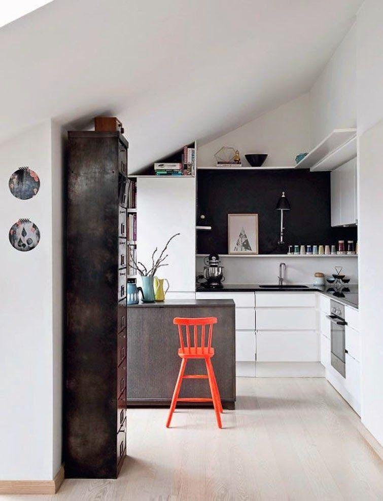 кухня в частном доме под крышей
