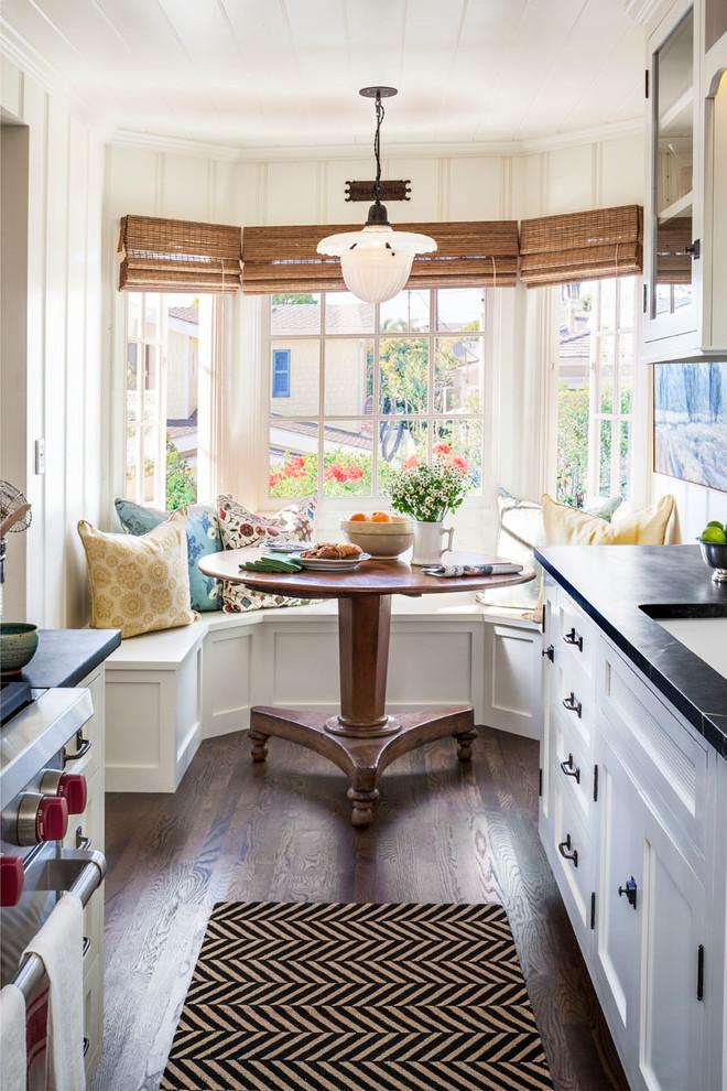 кухня в частном доме под аркой