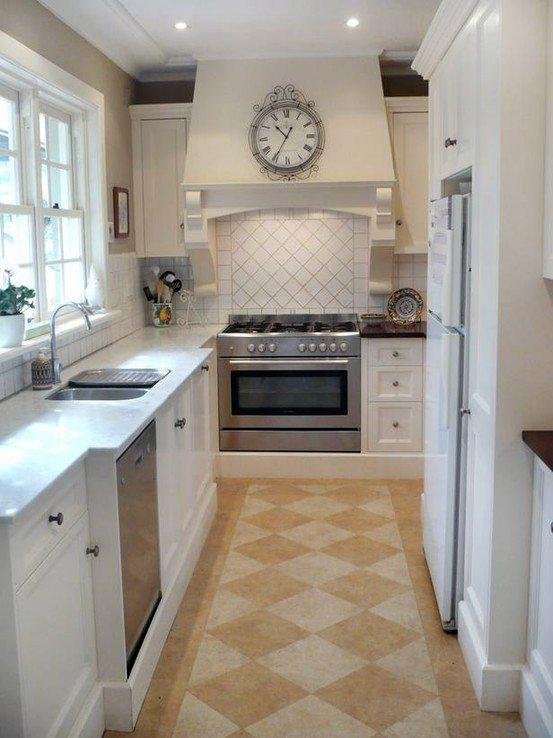 Узкая кухня в доме