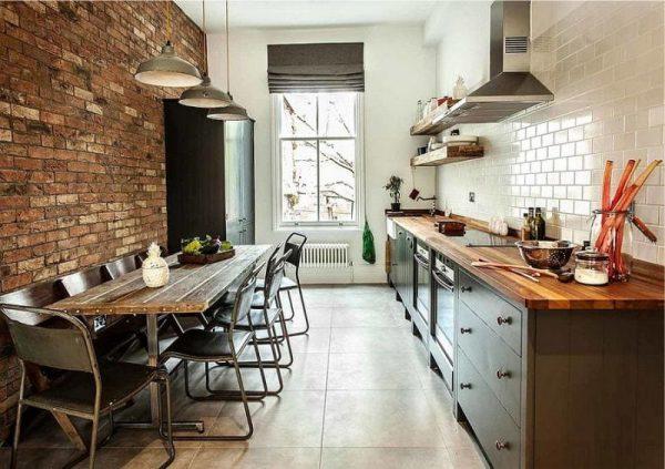 кухня в стиле лофт с деревянной мебелью