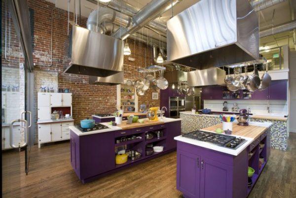 фиолетовая кухня в стиле лофт