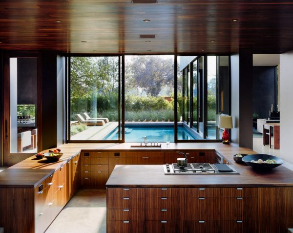 кухня в стиле модерн с деревянной оббивкой