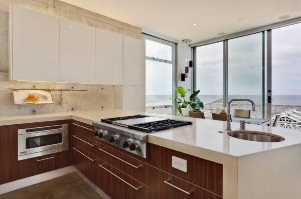 белая кухня в стиле модерн с деревянными фасадами