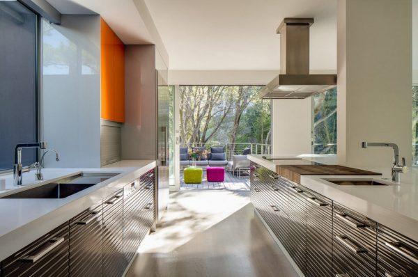 кухня в стиле модерн с ярким декором