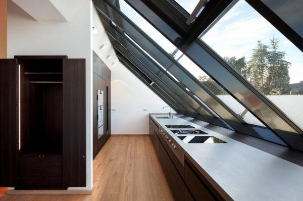 кухня в стиле модерн под крышей со светопропускными конструкциями