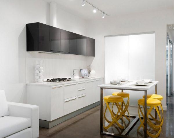 кухня в стиле модерн с барными стульями