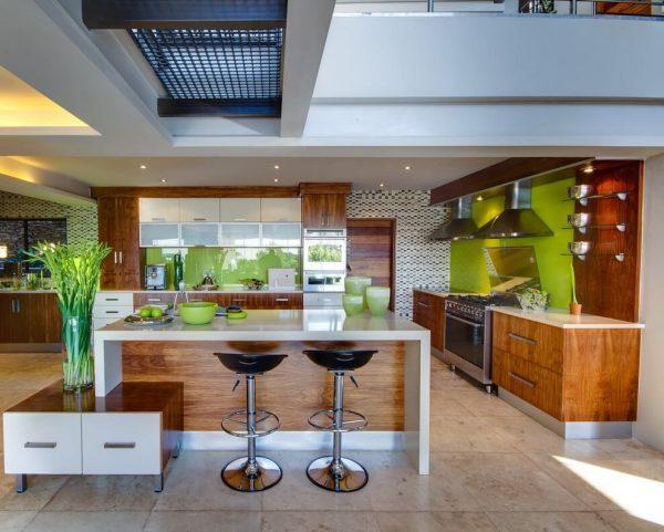 деревянная кухня с фартуком цвета лайм
