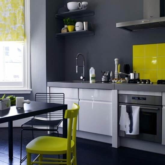 лаймовый на серой кухне