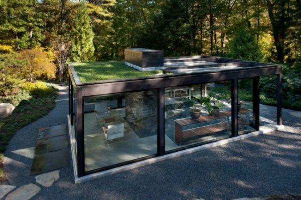летняя кухня на даче со стеклянными стенами