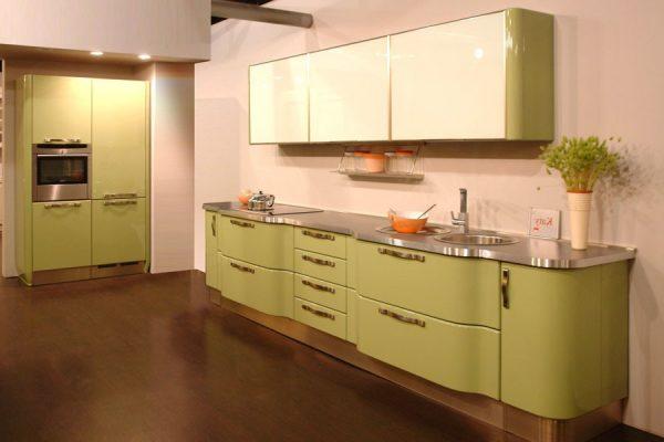 кухня оливкового цвета с розовыми стенами
