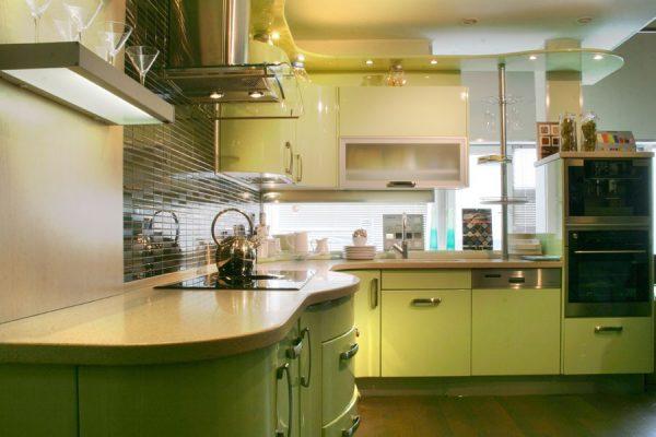 кухня оливкового цвета с барной стойкой