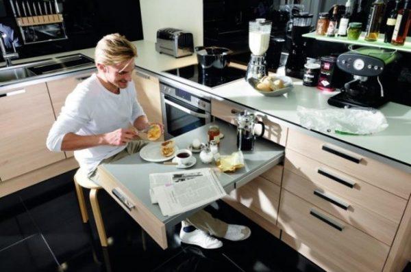 Выдвижной обеденный столик на маленькой, но функциональной кухне