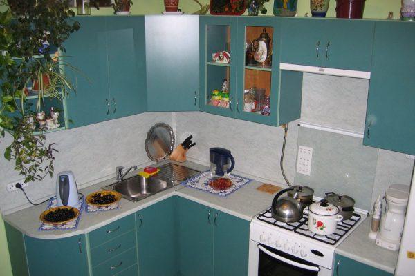 синяя угловая кухня 2017 года