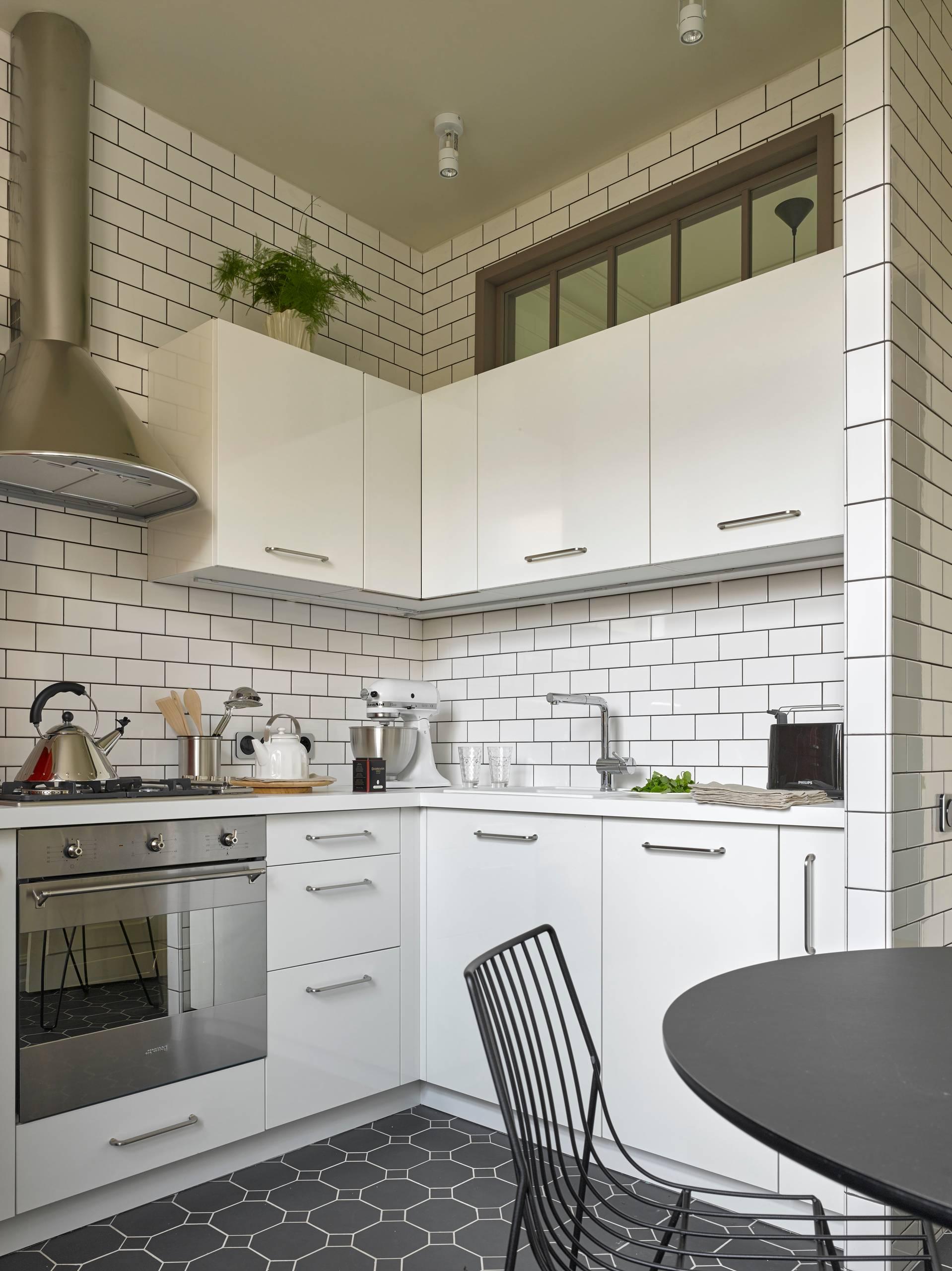 угловая белая кухня 2017 года