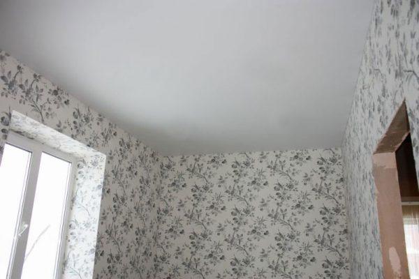 ремонт кухни - обои на стенах