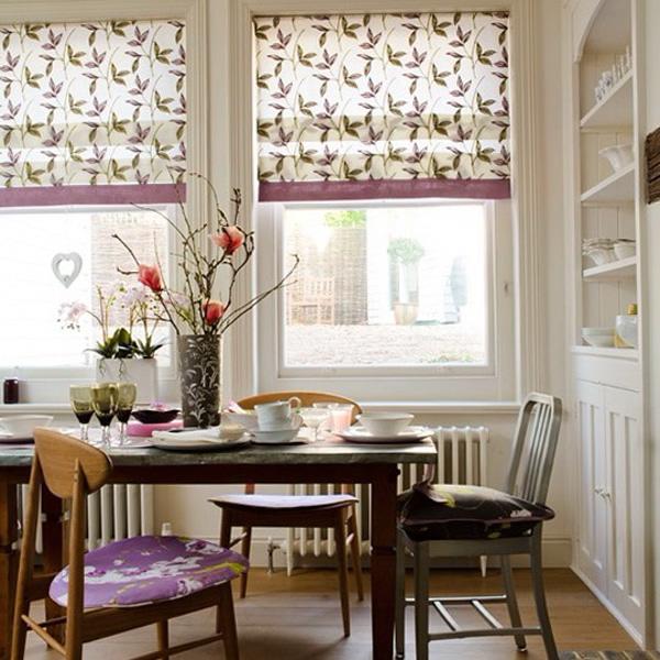 римские шторы с цветочным принтом на кухне