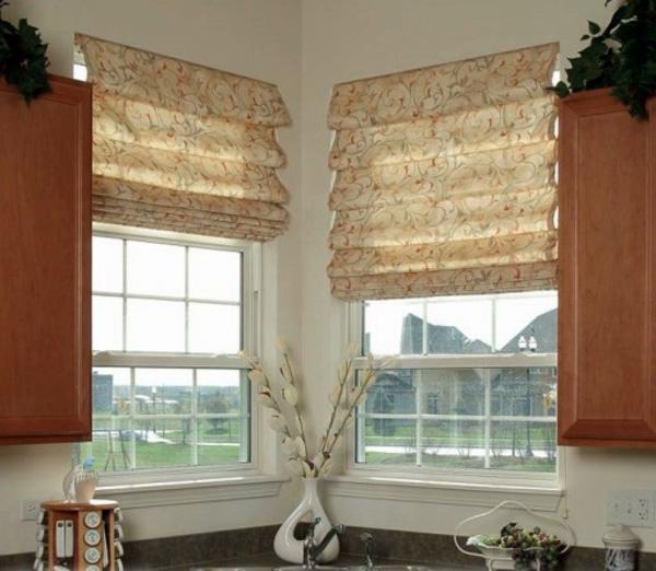 бежевые римские шторы на кухне