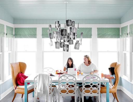 голубые римские шторы на кухне