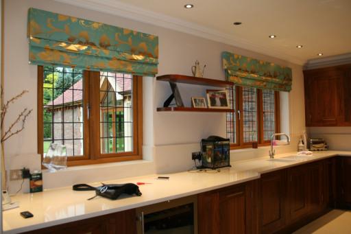 римские шторы с золотом на кухне