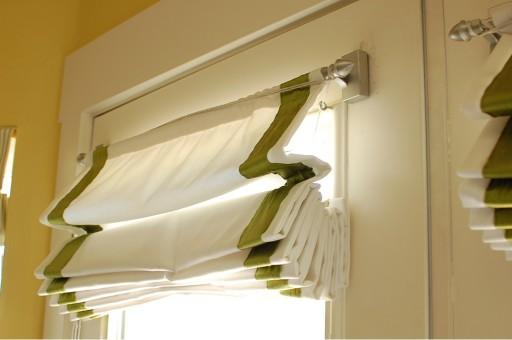 классические римские шторы на кухне