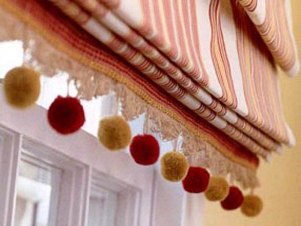 римские шторы на кухне с бахромой