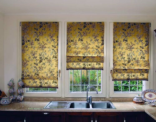 жёлтые римские шторы на кухне