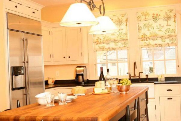 бежевые шторы в интерьере кухни