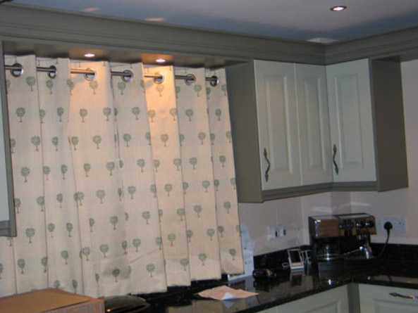 белые с цветами шторы в интерьере кухни