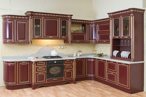 красная классическая кухня