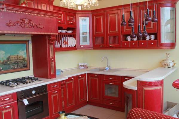 Классическая красная кухня