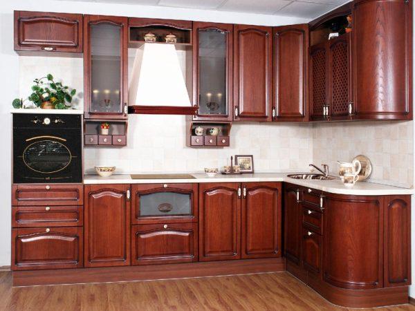угловая коричневая кухня в классическом стиле