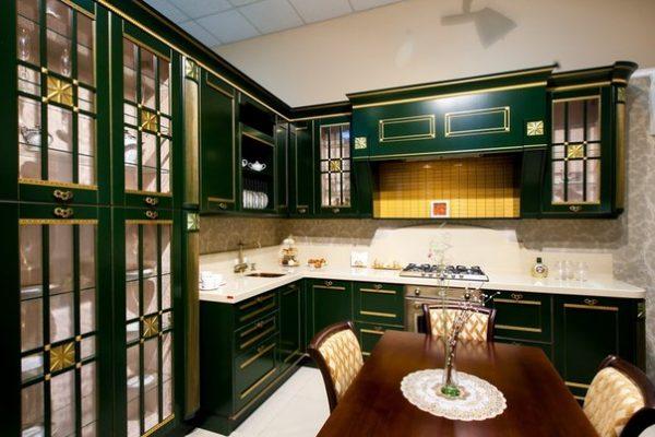 зелёная кухня в классическом стиле