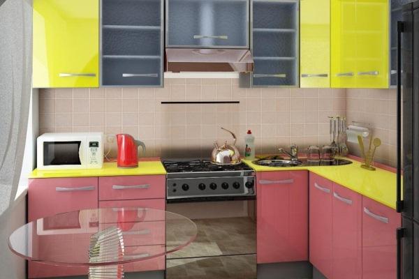 розово-жёлтая угловая кухня в хрущёвке