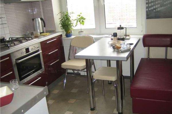 угловая кухня в хрущёвке с вишнёвыми фасадами
