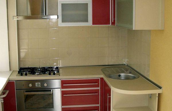 угловой красный кухонный гарнитур на маленькой кухне