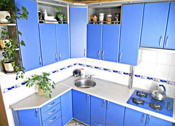 голубая угловая кухня в хрущёвке