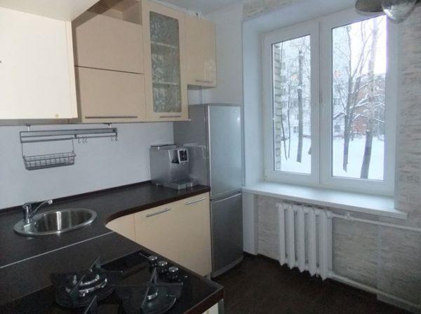 угловая кухня в хрущёвке с тёмной столешницей