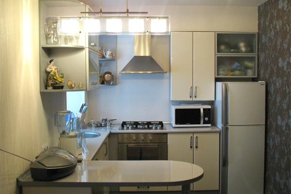 угловая кухня в хрущёвке бежевая