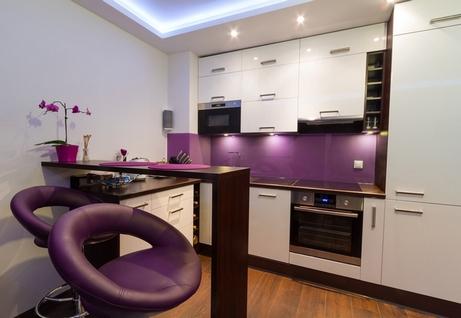 Сиреневый дизайн кухни с элементами декора